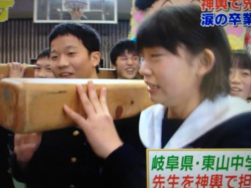 日本学生毕业时如何告别母校图片
