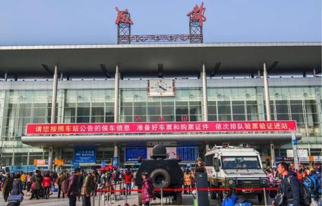 春运:成都火车北站启用临时候车棚